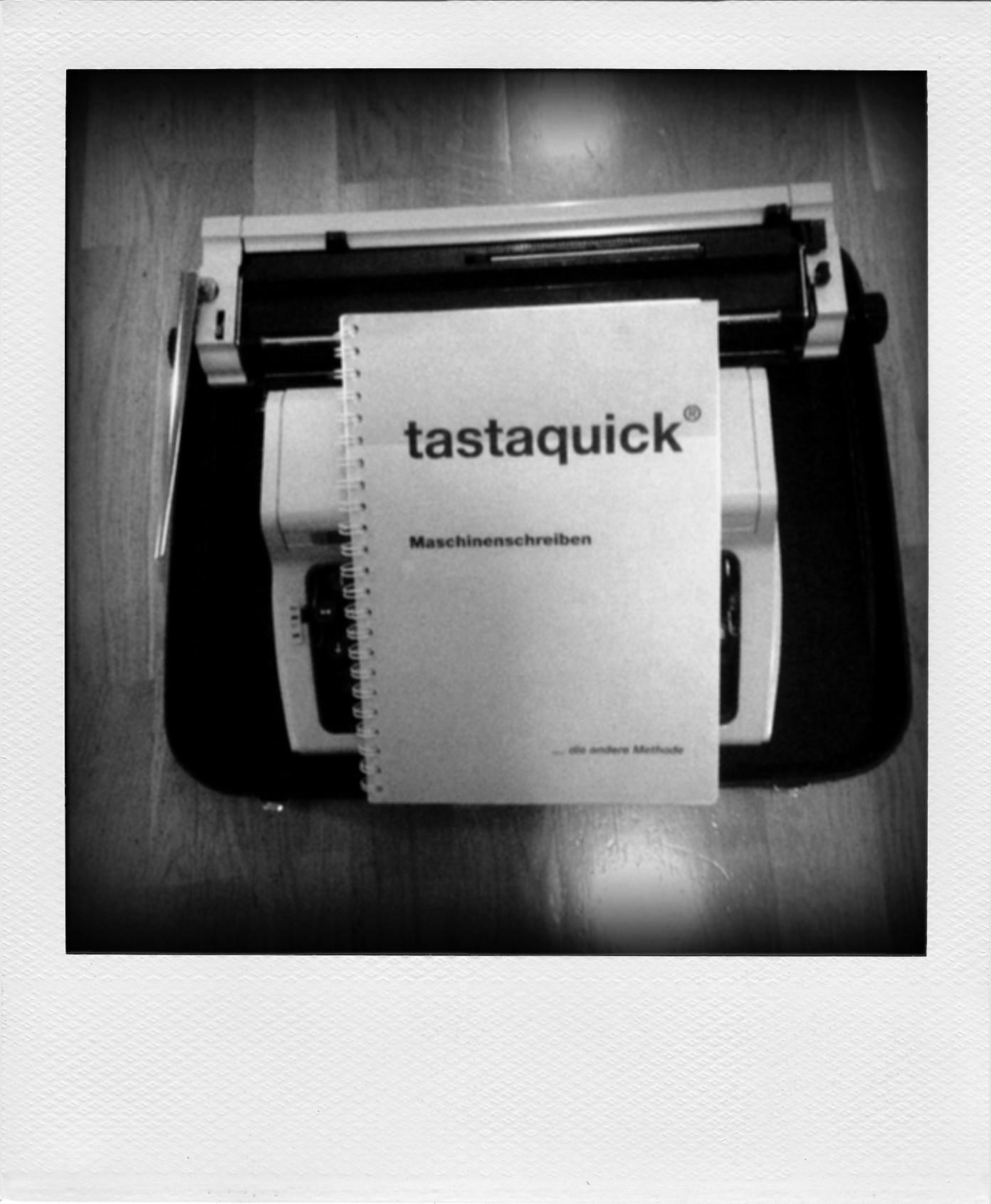 Alte geliehene Schreibmaschine mit Lehrbuch zum Maschinenschreiben.