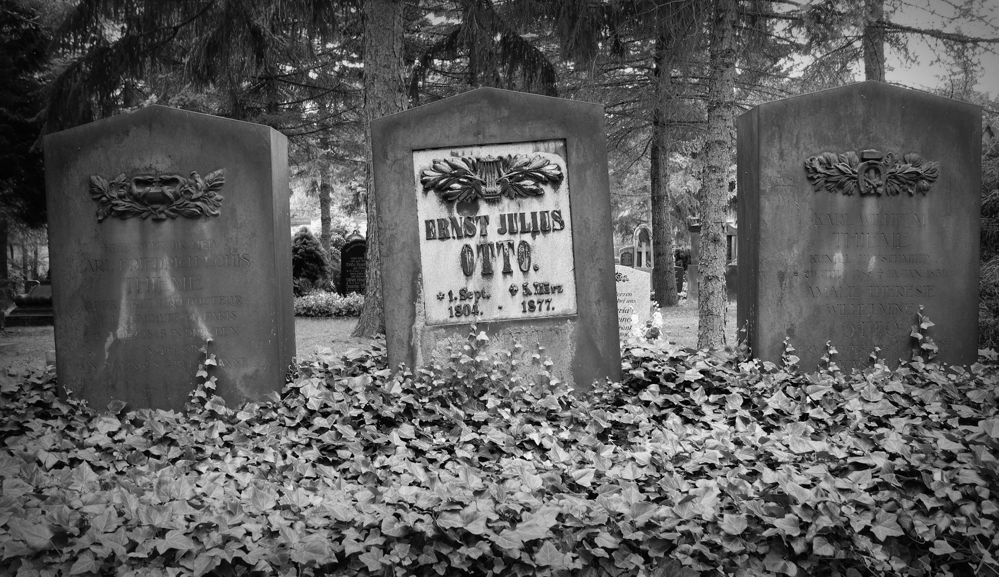 Grabstein von Ernst Julius Otto auf dem Dresdner Trinitatisfriedhof.