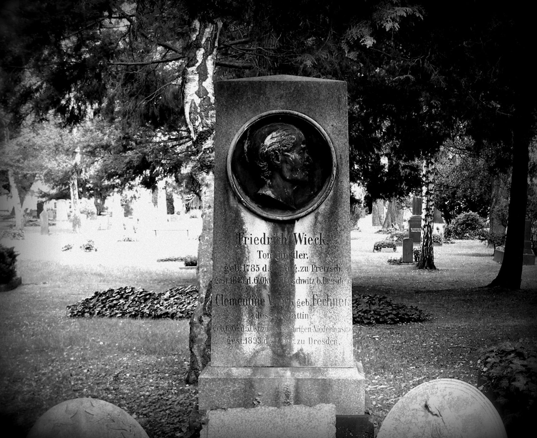 Grabstein von Friedrich Wieck auf dem Dresdner Trinitatisfriedhof.