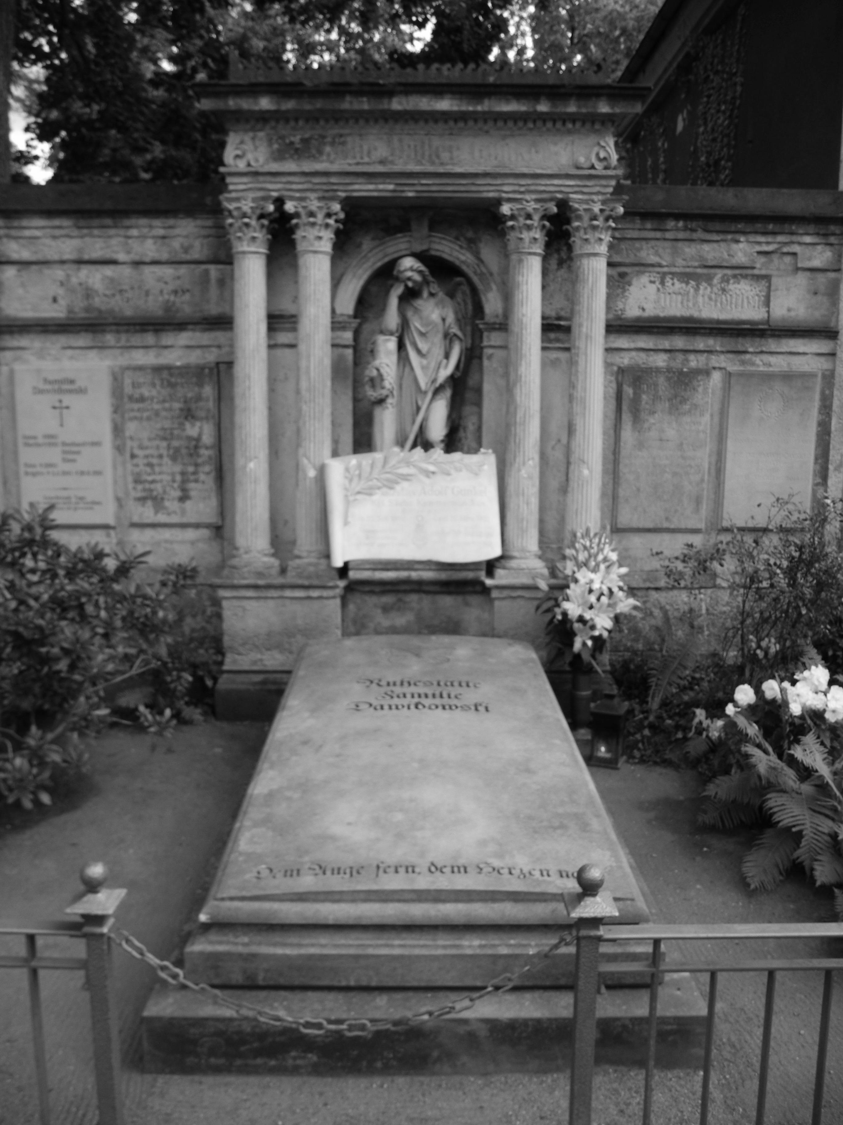 Grabstein von Gustav Adolf Gunkel auf dem Dresdner Trinitatisfriedhof.