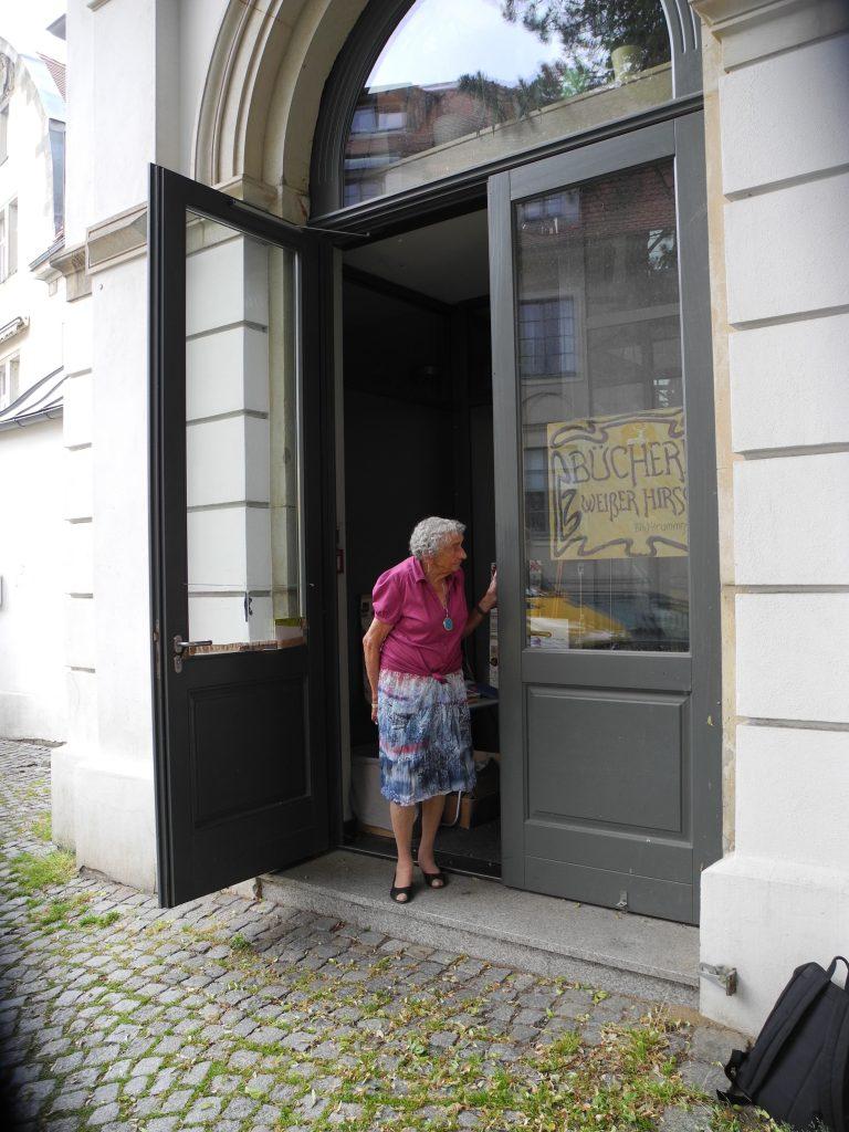 Juliane Krummsdorf vor ihrer Bücherei (Dresden-Weißer Hirsch)